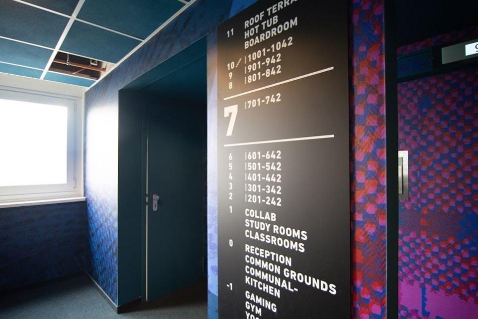 Die Flure sind bunt, die Hinweisschilder nur in Englisch – auch das gehört zum Konzept von Student Hotel.