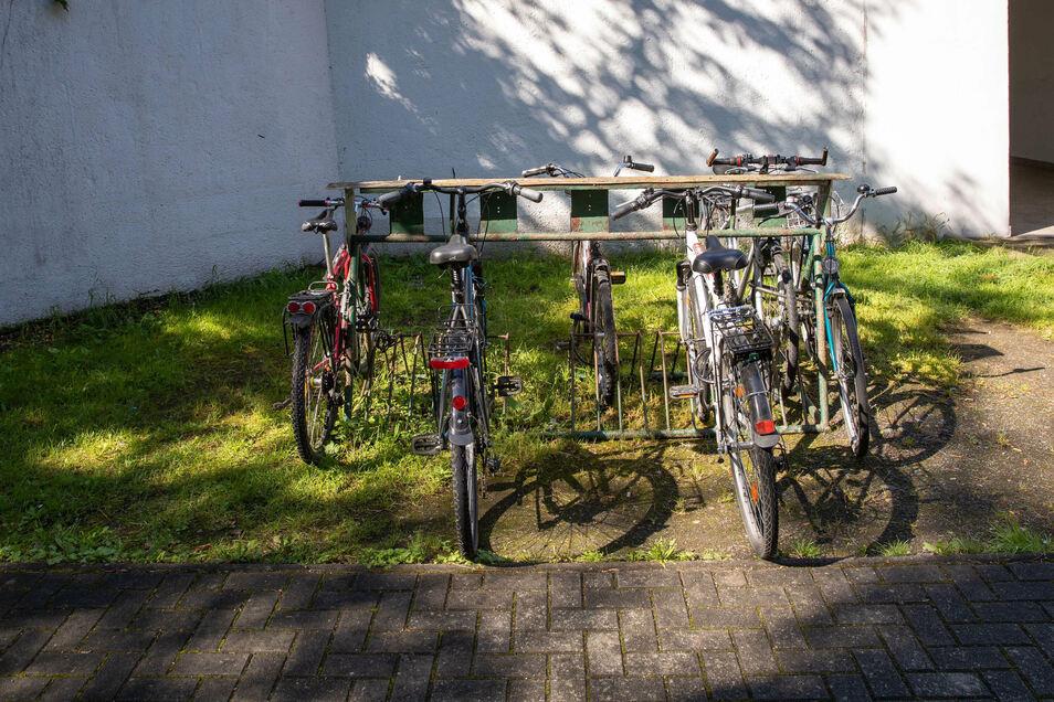 Verdienen sie mehr als eine Fünf? Die acht Fahrradplätze am Heidenauer Süd-Bahnhof.