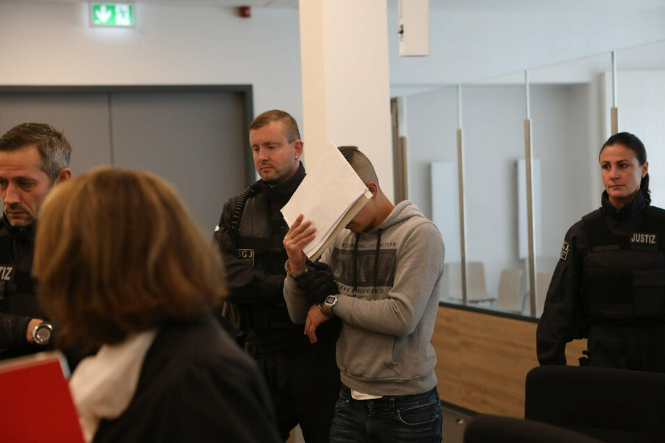 Der Angeklagte schweigt bislang zu den Vorwürfen, er habe in Dresden