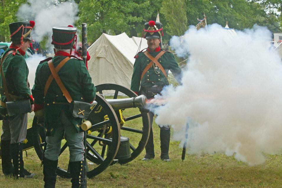 Sächsische Grenadiere aus der Zeit August des Starken feuern eine Kanone ab. So könnte es 1730 beim Lustlager von Zeithain zugegangen sein.