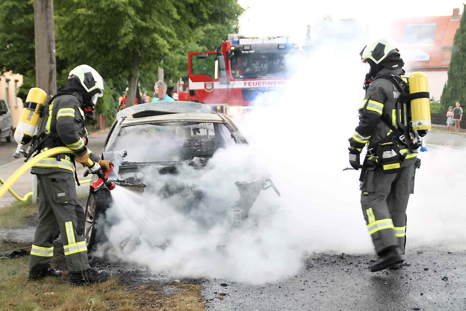 Am Samstagnachmittag war ein 61-Jährige mit seinem BMW in Zeißig auf der Bautzener Straße unterwegs. Als er einen plötzlichen Ölverlust und Rauchentwicklung bemerkte. Kurze Zeit später stand das Auto vollständig in Flammen.