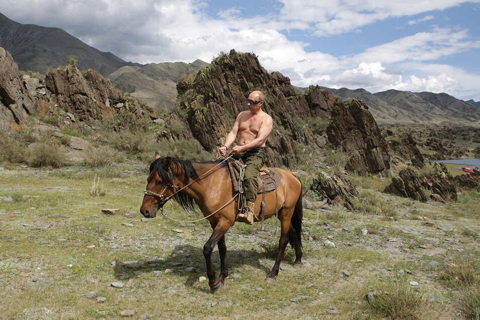 Das Foto von Putin oberkörperfrei auf dem Rücken eines Perdes in Südsibirien ging 2009 um die Welt. 2021 zieht er sich nicht aus, wie die Bildergalerie unten zeigt.