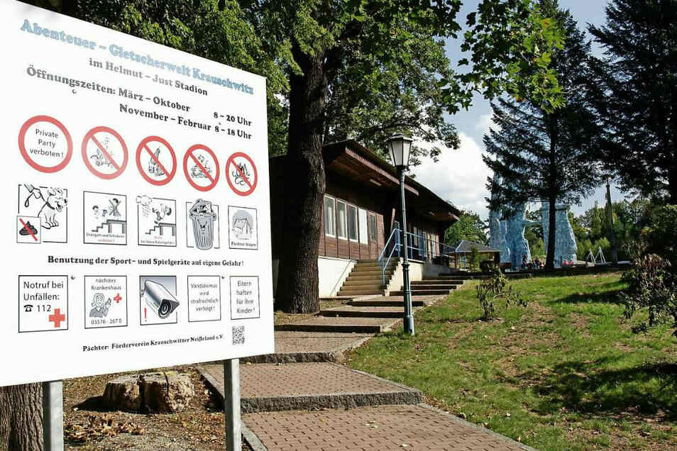 Diese Schilder sind neu, weisen auf Öffnungszeiten und Regeln hin. Gletscherwelt Krauschwitz