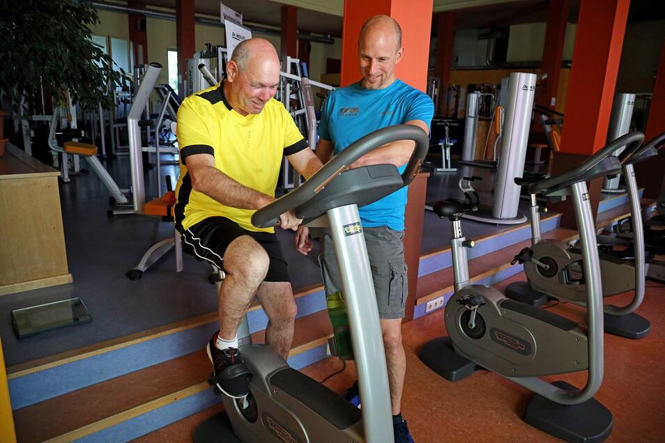 Der Nünchritzer Fitnesstrainer Hans-Jörg Schneese gibt Jens Walter auf dem Ausdauergerät Tipps.