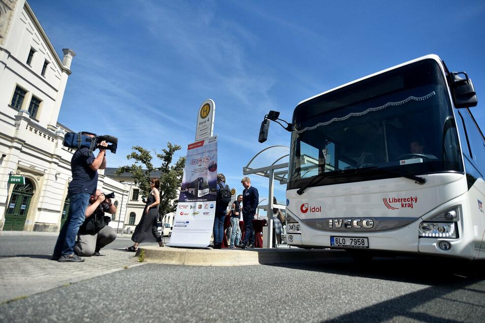 Nach der Einweihung der neuen grenzüberschreitenden Buslinie geht das erste Fahrzeug probeweise auf Tour.