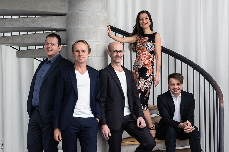 """Das """"Keimzeit Akustik Quintett"""" mit Norbert Leisegang (2.v.l.)gibt am Sonnabend ein Konzert in der Glashütter Stadtkirche."""