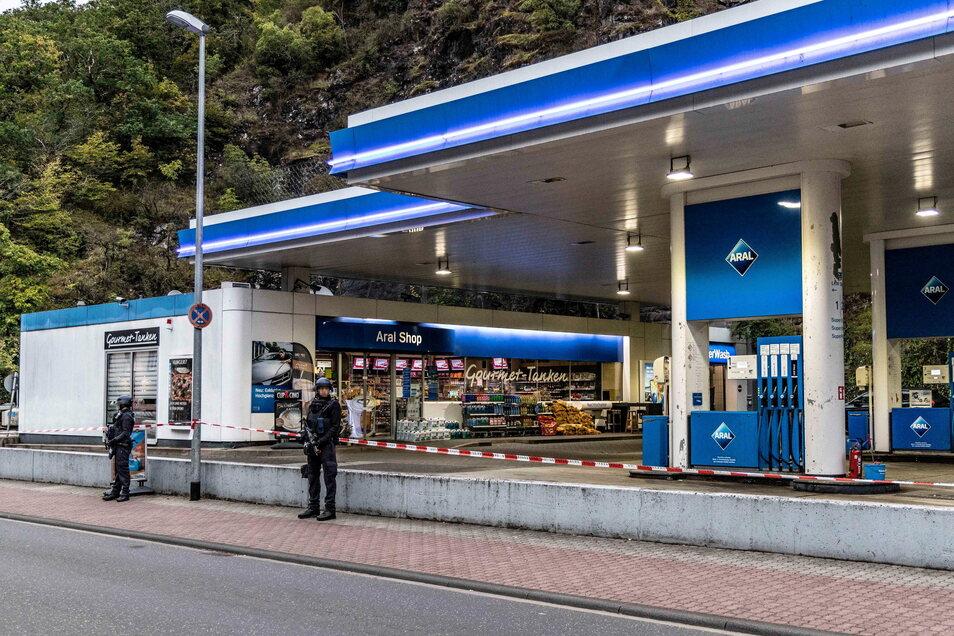 Polizisten sichern den Tatort, eine Tankstelle in Idar-Oberstein.