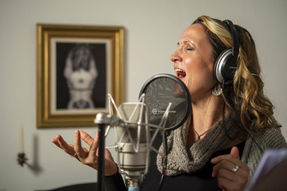 Singen kann Silvana Mehnert derzeit nur im Proberaum oder in ihrer Radebeuler Wohnung. Trotzdem ist mit den Medlz ein Weihnachtskonzert geplant.
