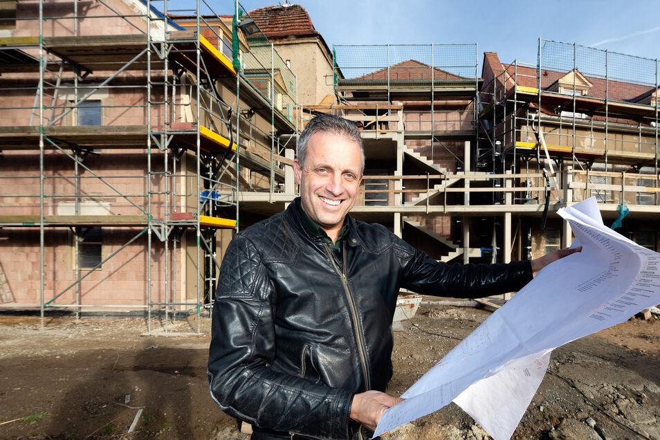 Daniel Neuer und sein Team planten den Hospizneubau in Bischofswerda. Drei- bis viermal in der Woche ist der Architekt auf der Baustelle, um die Arbeiten zu koordinieren. Der Rohbau steht, jetzt geht es an den Innenausbau. Im Frühsommer 2020 soll das Haus