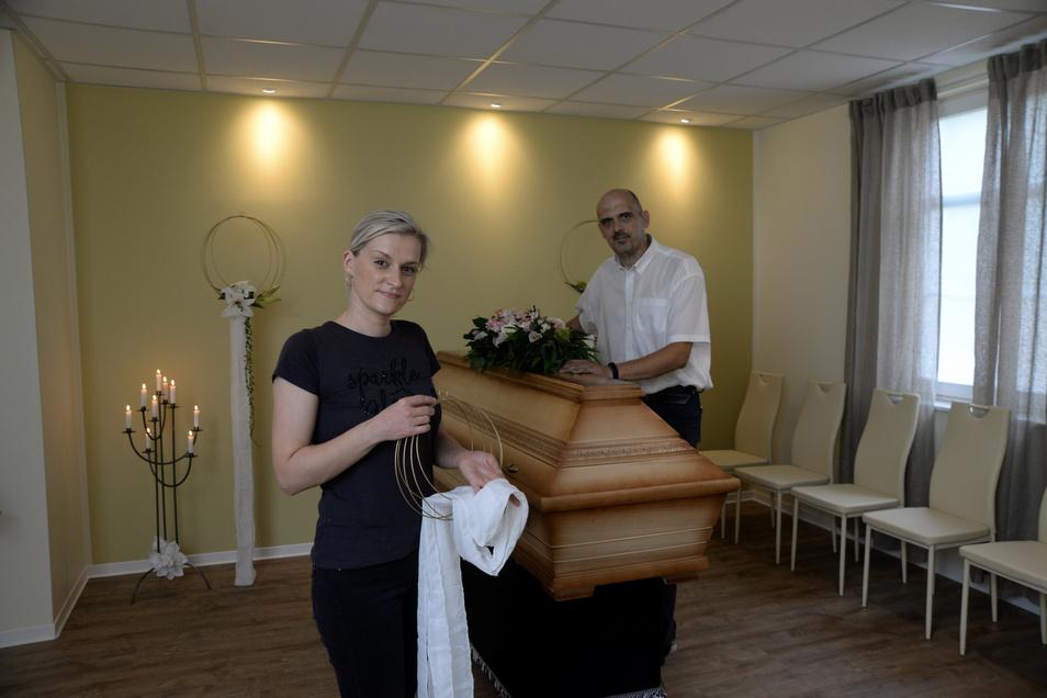 Mitarbeiterin Susan Tempel und Inhaber Sebastian Hinz erledigen Restarbeiten im neuen Abschieds- und Trauerraum. Mit dem Umzug in die Geschäftsräume am Zinzendorfplatz ist dafür jetzt Platz geworden. Heute öffnet das neue Büro.