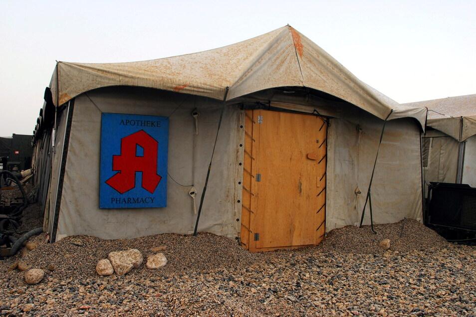 In diesem Zelt in Mazar-e Shairf war Hartmut Berge 2006 in seiner Eigenschaft als Oberfeldapotheker tätig. Harte Bedingungen bei 43 Grad im Schatten und herausfordernd für die Arbeit mit kühlkettenpflichtigen Arzneimitteln.