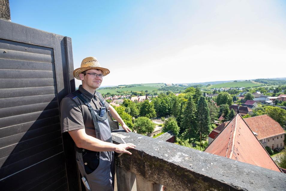 Kirchenvorsteher Peter Behrendt steht auf einem der vier Balkone des Turms.