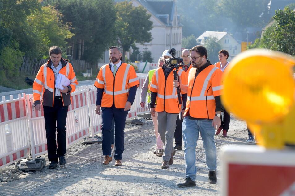 Sachsens Wirtschaftsminister Martin Dulig (SPD) hat auf seiner Wirtschaftstour auch Oppach besucht - hier die Baustelle auf der B96.