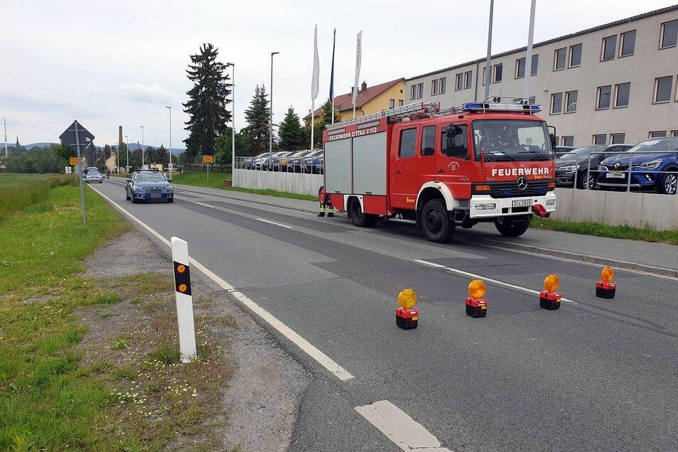 Ein Bild von der Unfallstelle, bei der Polizei, Rettungsdienst und Feuerwehr zum Einsatz kamen.