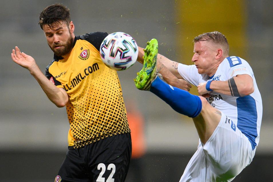 Es war ein Pokalkampf wie hier zwischen Dynamos Niklas Kreuzer (l.) und Pavel Cermak vom Bischofswerdaer FV.