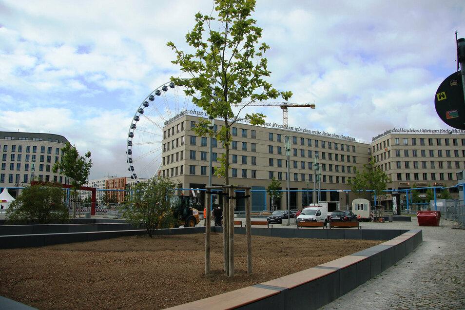 Das Riesenrad, das im Hintergrund zu sehen ist, soll sich nächstes Jahr auf der neu gestalteten Fläche vor dem Schauspielhaus drehen.
