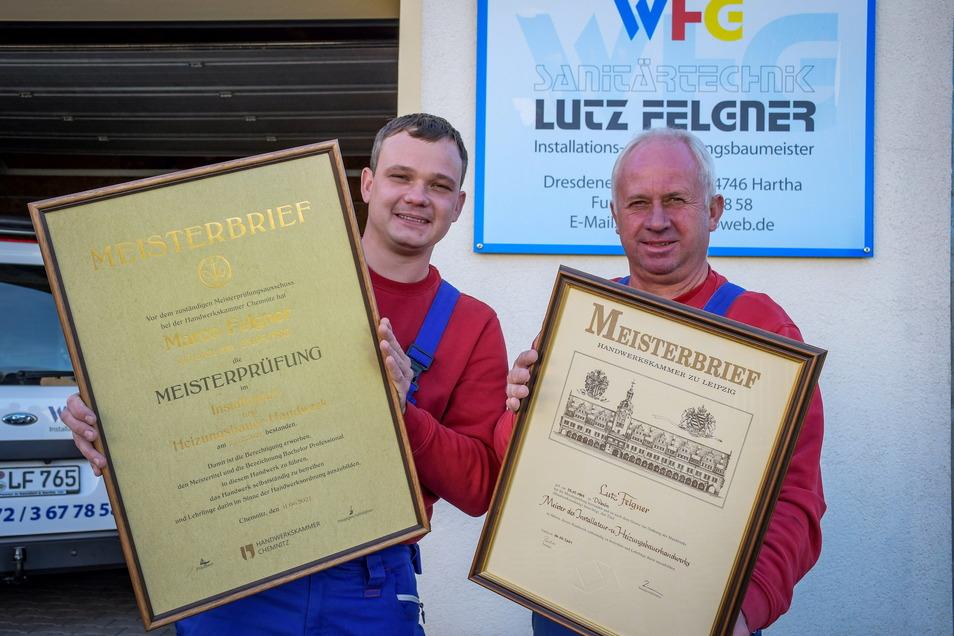 Marco (links) und Lutz Felgner zeigen ihre Meisterbriefe.