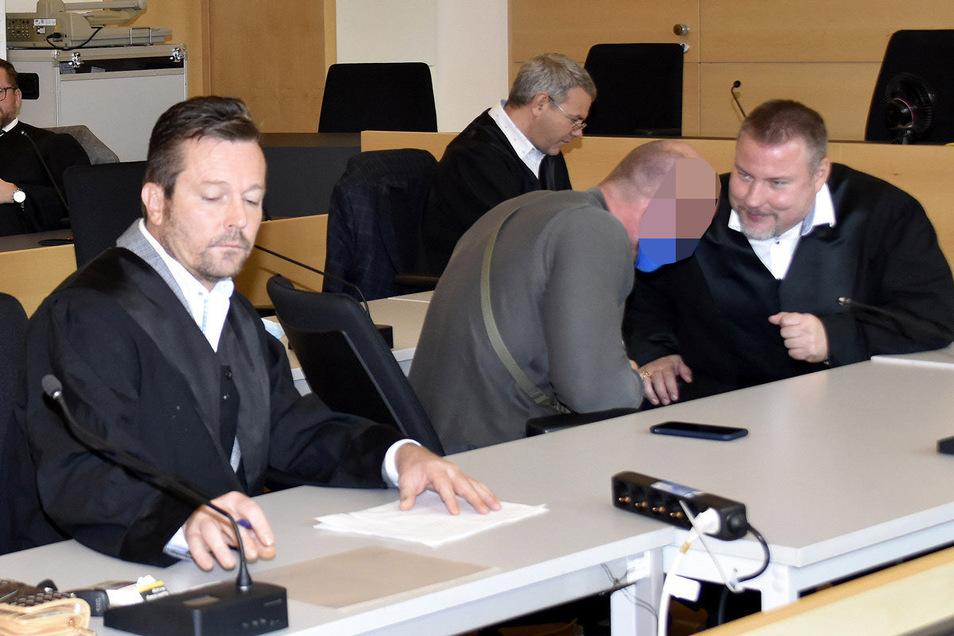 Der Hauptangeklagte René H., hier mit seinen beiden Verteidigern, muss für viereinhalb Jahre ins Gefängnis. Der Security-Unternehmer bestreitet die gegen ihn erhobenen Vorwürfe.