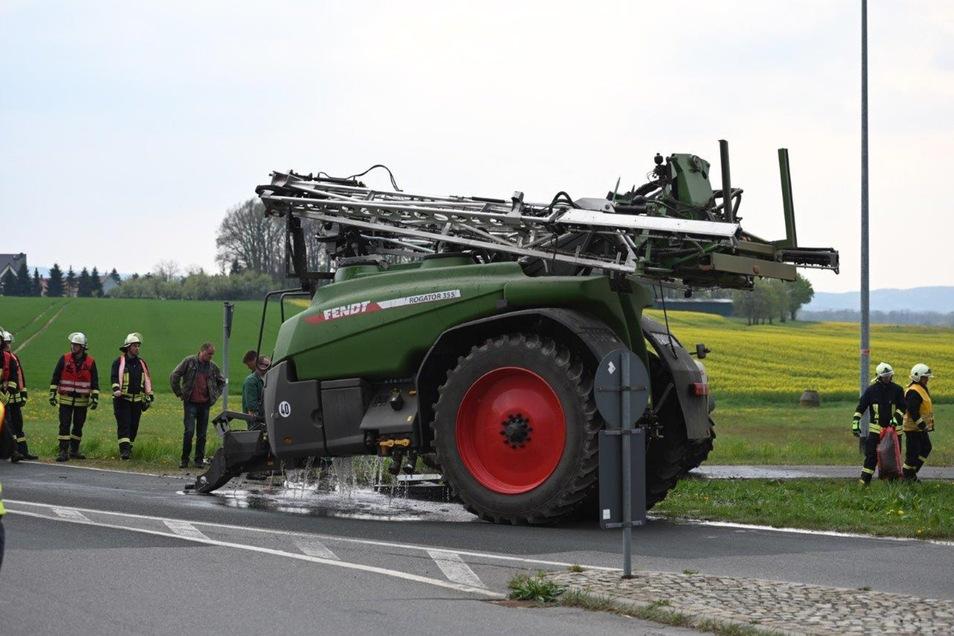 Am Kreisverkehr Dreistern kippte am Dienstagnachmittag ein Traktor um. Aus seinem Hänger läuft Pflanzenschutzmittel aus.
