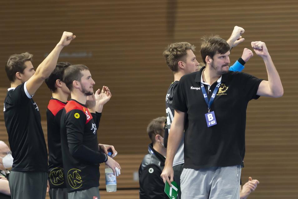Die Dresdner bejubeln den ersten Heimerfolg in der neuen Saison, rechts ihr Trainer Rico Göde.