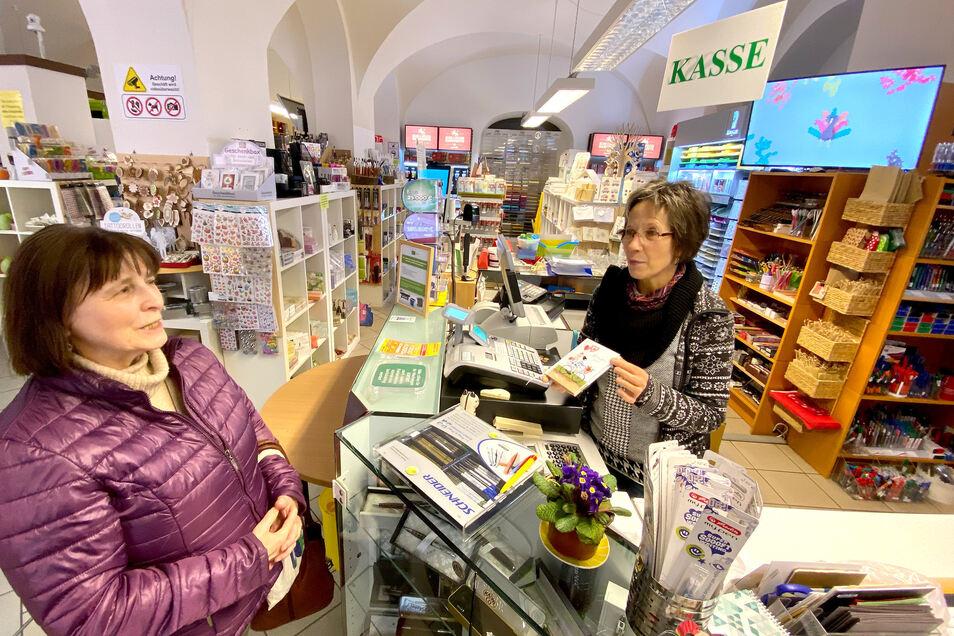 Ute Heidmann von der Büroklammer in der Frauenstraße. Das Geschäft gehört zu denen, die ab Donnerstag schließen müssen - vorerst bis zum 20. April.