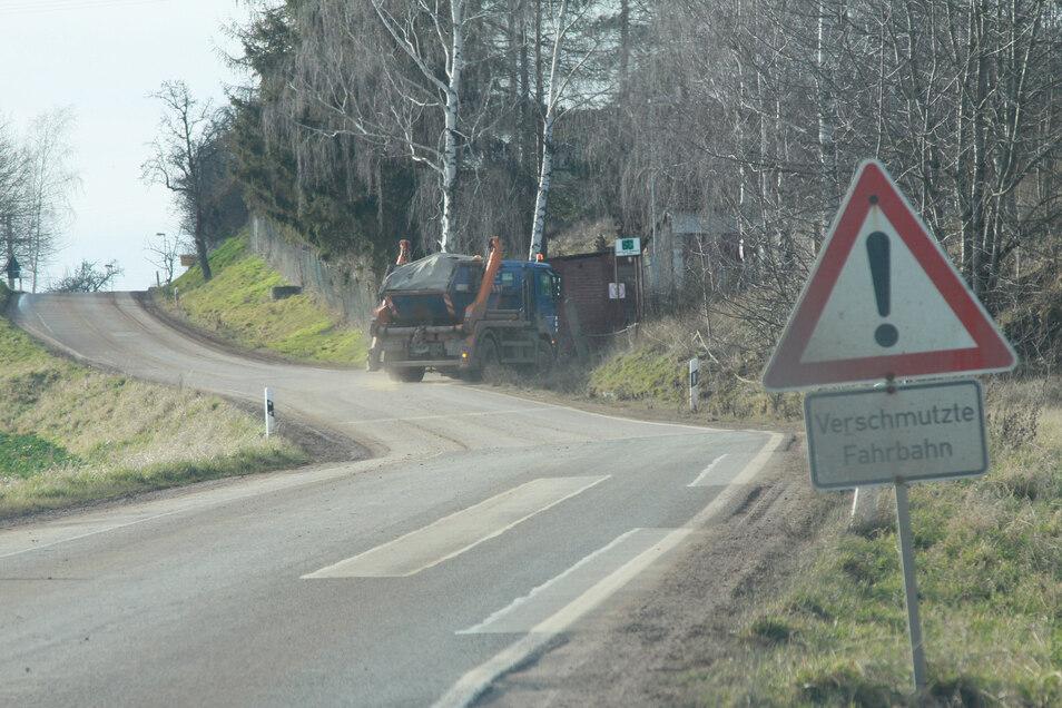 Ein Lkw biegt in den Steinbruch Reinsdorf ein. Dieser wird nach der Stilllegung im Jahr 2000 wieder verfüllt.