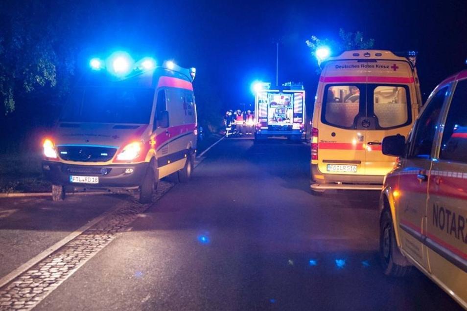 Der Zusammenstoß war so heftig, dass die sich die beiden Insassen schwere Verletzungen zuzogen.