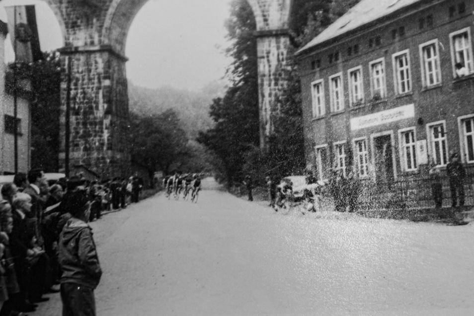Starter des Hauptrennens 1969 bei der Abfahrt durch die Eisenbahnbrücke.
