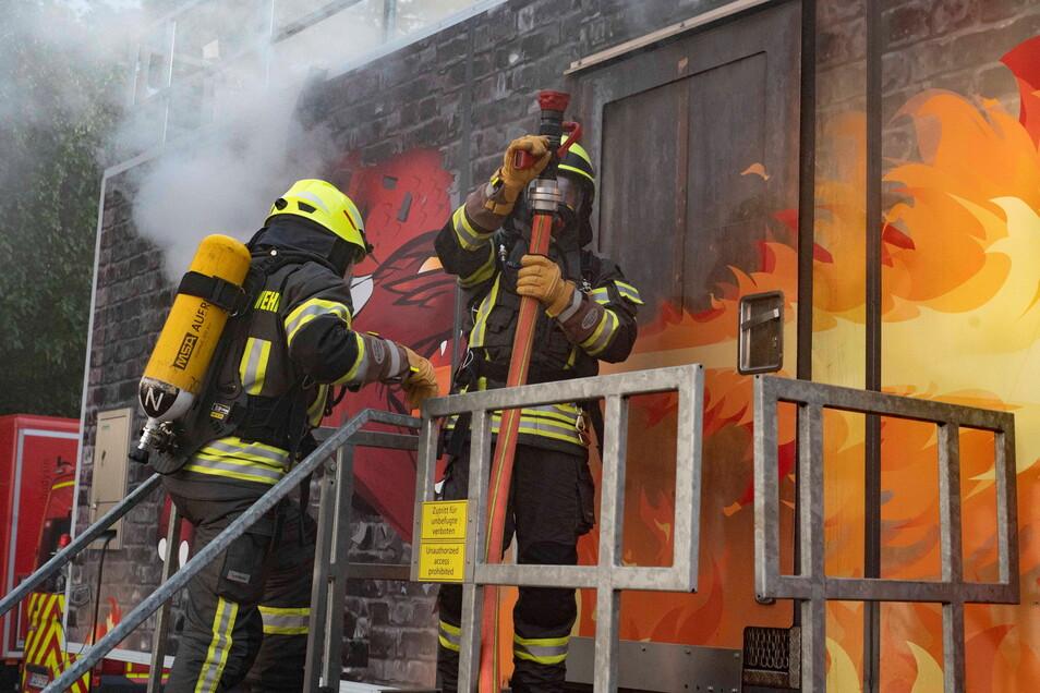 Gleich geht es hinein in den Brandübungscontainer, wo verschiedene Brandszenarien auf die Feuerwehrleute warten.