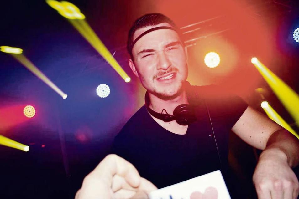 Osthouse ist einer der DJs, die vor leerer Kulisse im SKZ Telux in Weißwasser auflegen. Per Facebook und Livestream kann jedermann von Zuhause die etwas anderen Partyabende miterleben.