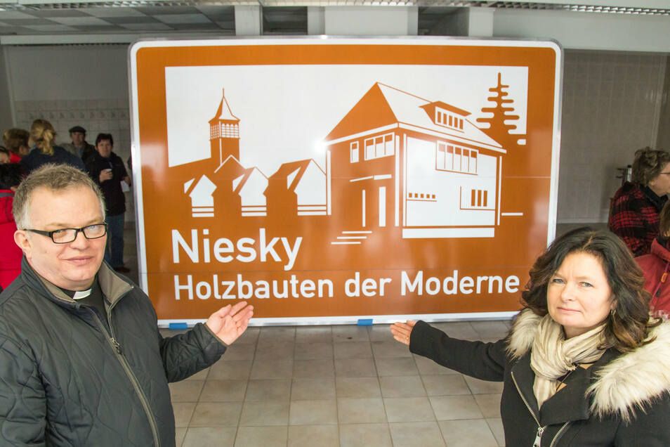 Krystian Burczek und sein großes Anliegen. Zusammen mit Oberbürgermeisterin Beate Hoffmann enthüllt er das touristische Hinweisschild für Niesky, das an der Autobahn aufgestellt werden soll. Mit verschiedenen Aktionen hatte der Pfarrer Geld dafür gesammel