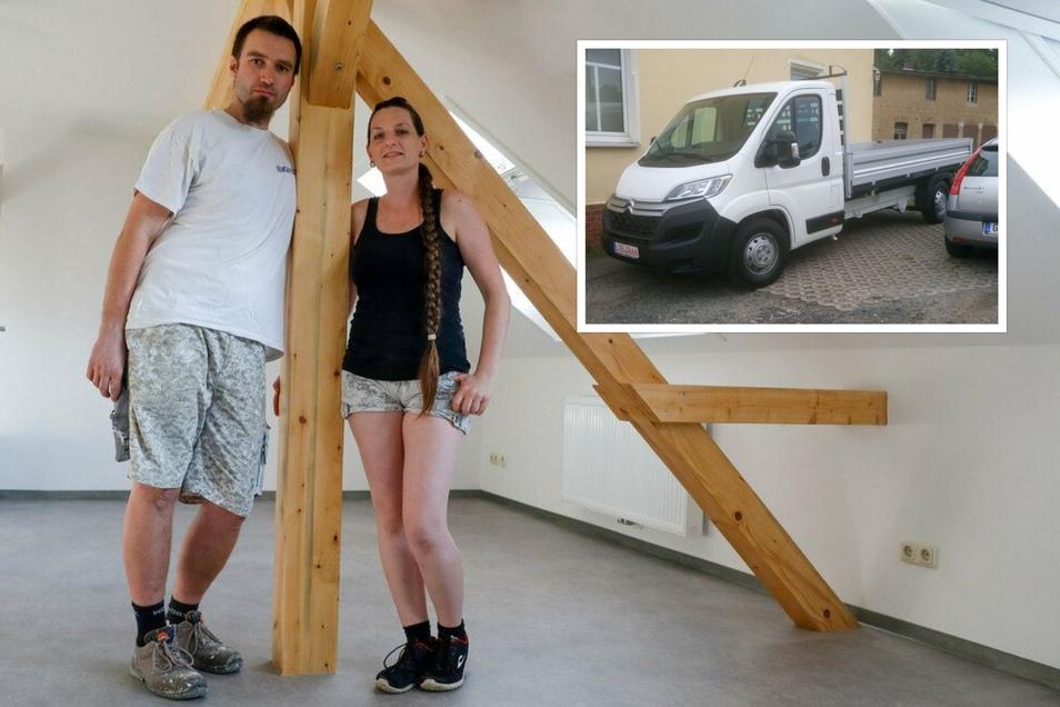 Roland Klemm mit seiner Frau vor einem Jahr. Die beiden sanieren Stück für Stück Wohnungen und transportieren den Schutt der alten Tonhalle von Ebersdorf ab. Jetzt hat man ihnen ihren Transporter gestohlen.