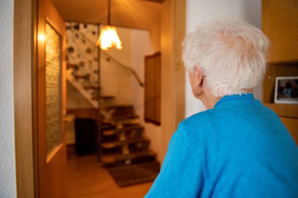 Was für eine beklemmende Vorstellung: Helga Strecker aus dem Großenhainer Ortsteil Strauch kann noch immer nicht glauben, dass sich ein Fremder Zugang zu ihrem Haus verschafft hat.
