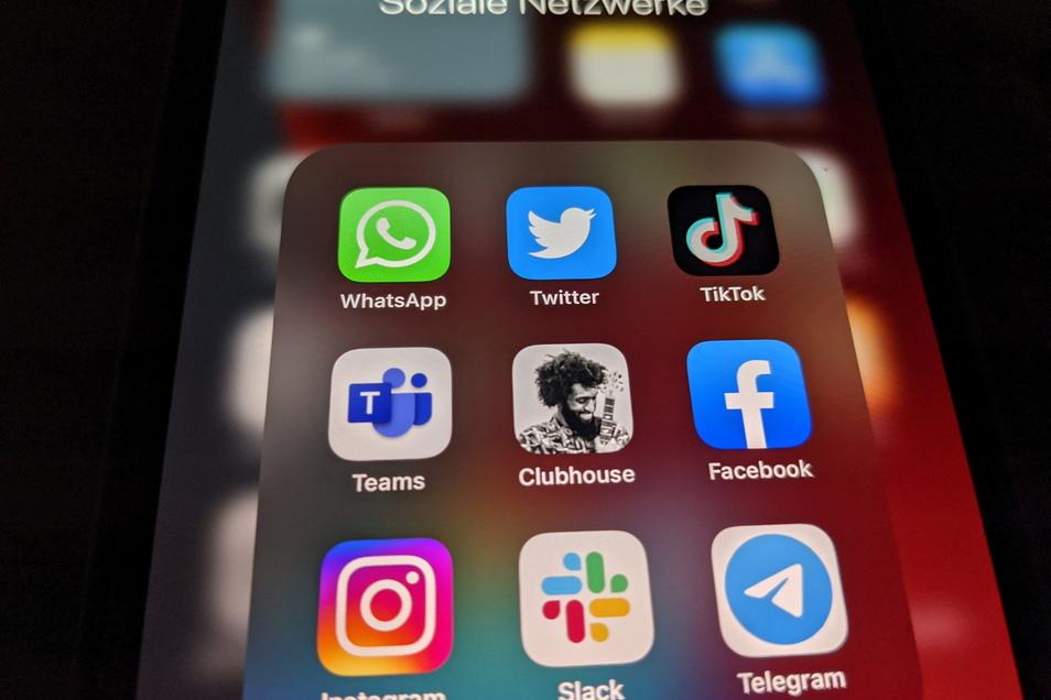 Die Logos der Social-Media-Plattformen und Messenger-Dienste WhatsApp (l-r), Twitter, TikTok, Microsoft Teams, Clubhouse, Facebook, Instagram, Slack und Telegramm - viele Fake News werden über die sozialen Medien verbreitet.