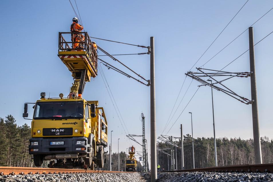 Wann bekommt die Bahnstrecke Dresden-Görlitz eine Oberleitung? Über die Finanzierung verhandeln jetzt das Bundesverkehrsministerium und der Freistaat Sachsen.