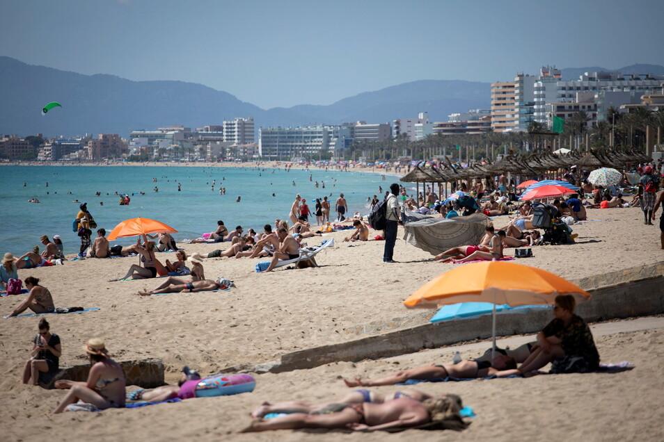 Touristen auf Mallorca: Nach dem Urlaub in Spanien reicht ein negativer Schnelltest, um die Quarantäne zu vermeiden.
