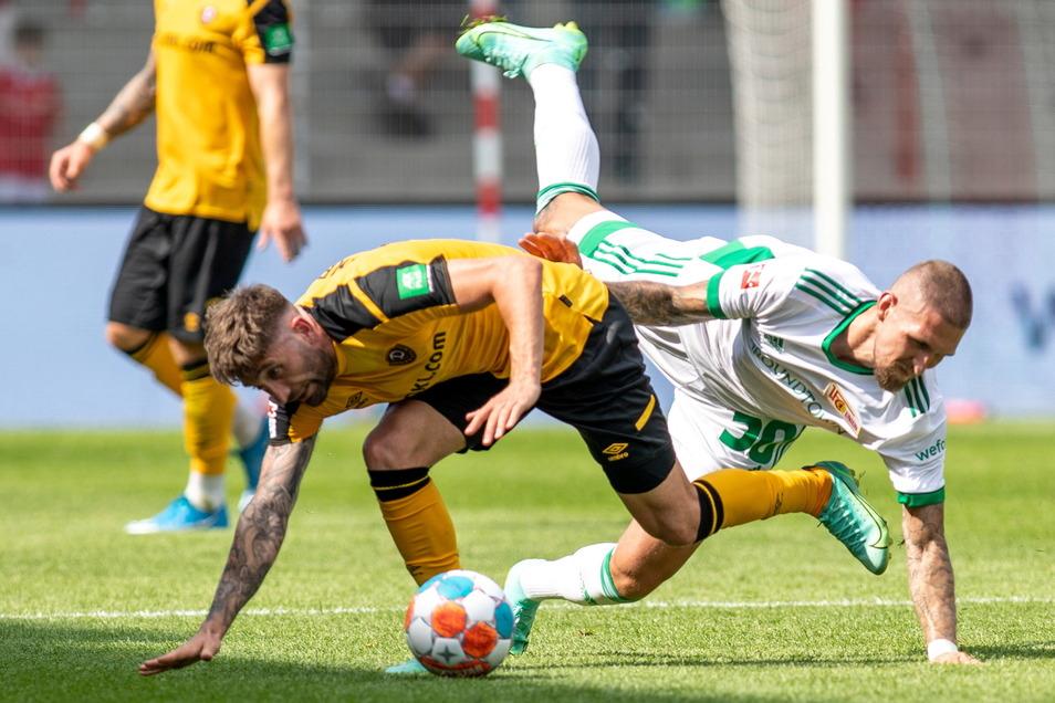 Brandon Borrello beim Testspiel gegen Union Berlin vor dem Saisonstart im Zweikampf mit Ex-Dynamo Robert Andrich (r.).