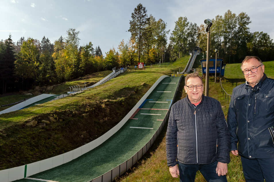 Günther Rößler (l.) und Reiner Schwaar vom Sohlander Skiclub haben keine Angst vor schneearmen Winter. Dank moderner Ausstattung ist Skisport im Ski-Areal Tännicht das ganze Jahr über möglich.