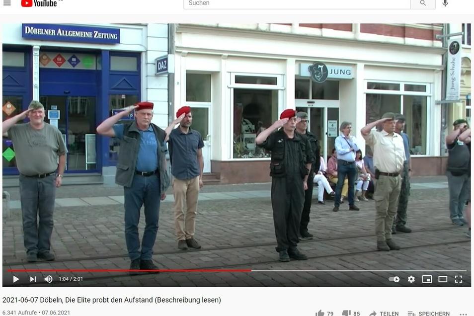 Mehrere Protest-Teilnehmer standen am Montagabend auf dem Döbelner Obermarkt mit alten Bundeswehr- und NVA-Mützen.