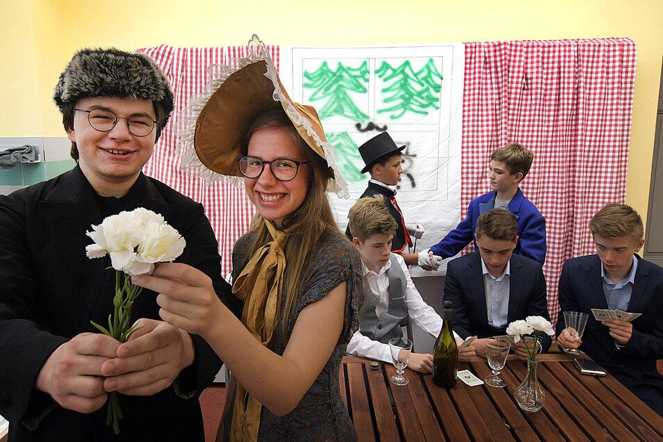 """Die """"verrückten Schauspieler"""", so der deutsche Name der Theatergruppe der Roßweiner Oberschule, haben viel Spaß bei der Kostümprobe. Heute Abend wird's ernst, stellen Elias Braun den Grafen und Laura Ulrich das Nettchen dar."""