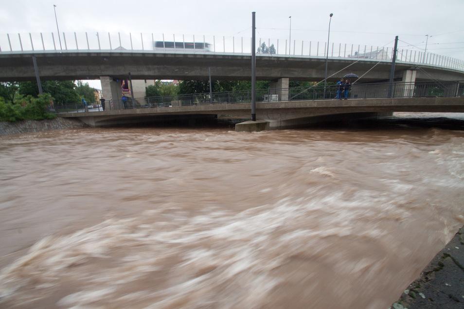 Ungeheure Kraft: Bei der Juniflut 2013 war die Weißeritz stark angeschwollen, wie hier an der Brücke Löbtauer Straße. Der dortige Weißeritzknick ist die gefährlichste Stelle im Stadtgebiet.