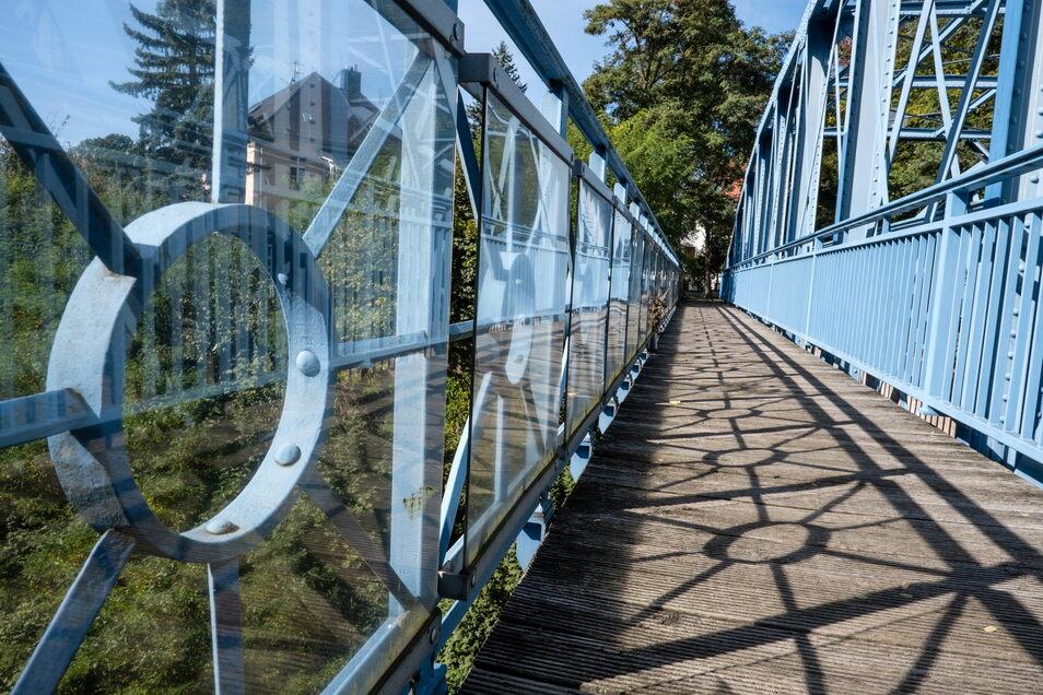 Der Fußgängerweg auf der Teufelsbrücke: Zwar gibt es hier zur Sicherheit Plexiglas, doch wer fest entschlossen ist, kann sie trotzdem erklimmen, um zu springen.