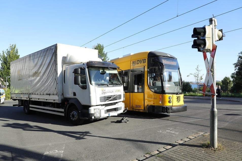 Gegen 8.15 Uhr krachte es am Mittwochmorgen in Dresden zwischen einer Straßenbahn und einem Laster.