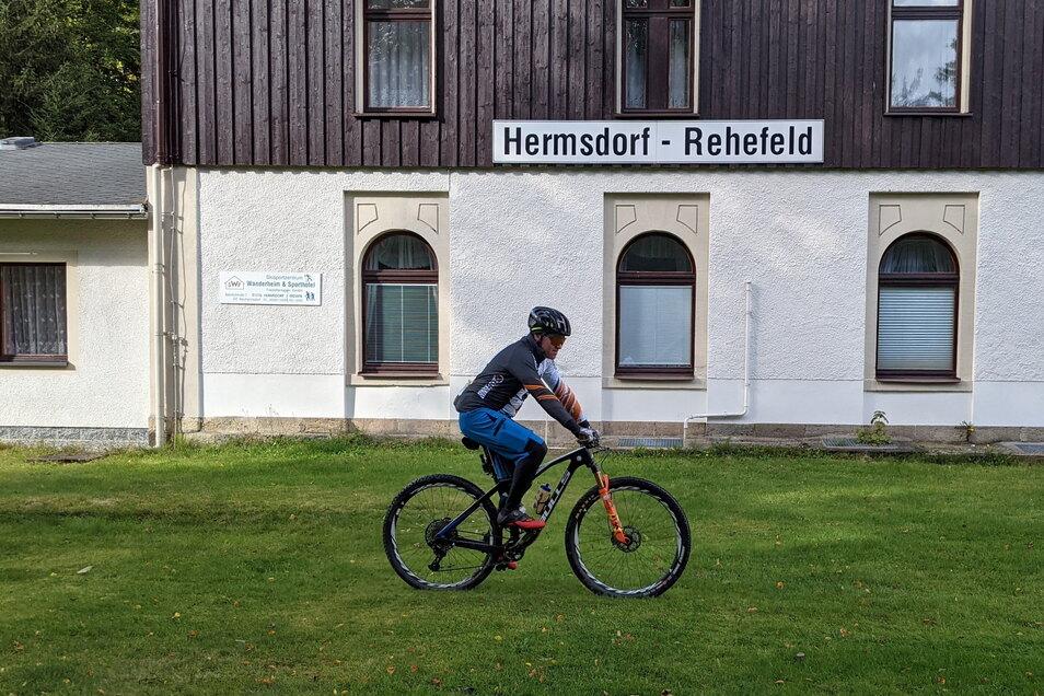 Geschichte erradeln: Hier passiert Mountainbiker Tino Weinberg den einstigen Haltepunkt der Kohlenbahn Nossen-Moldava in Hermsdorf-Rehefeld.