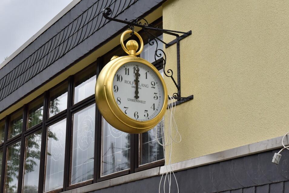 Natürlich hängt eine große Uhr an der Uhrenwelt, auch wenn sie - noch - nicht geht.