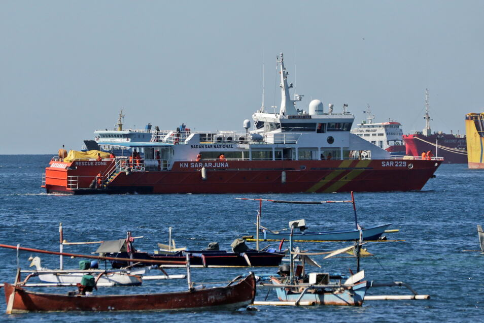 Ein Rettungsschiff fährt los, um sich der Suche nach dem U-Boot KRI Nanggala anzuschließen.