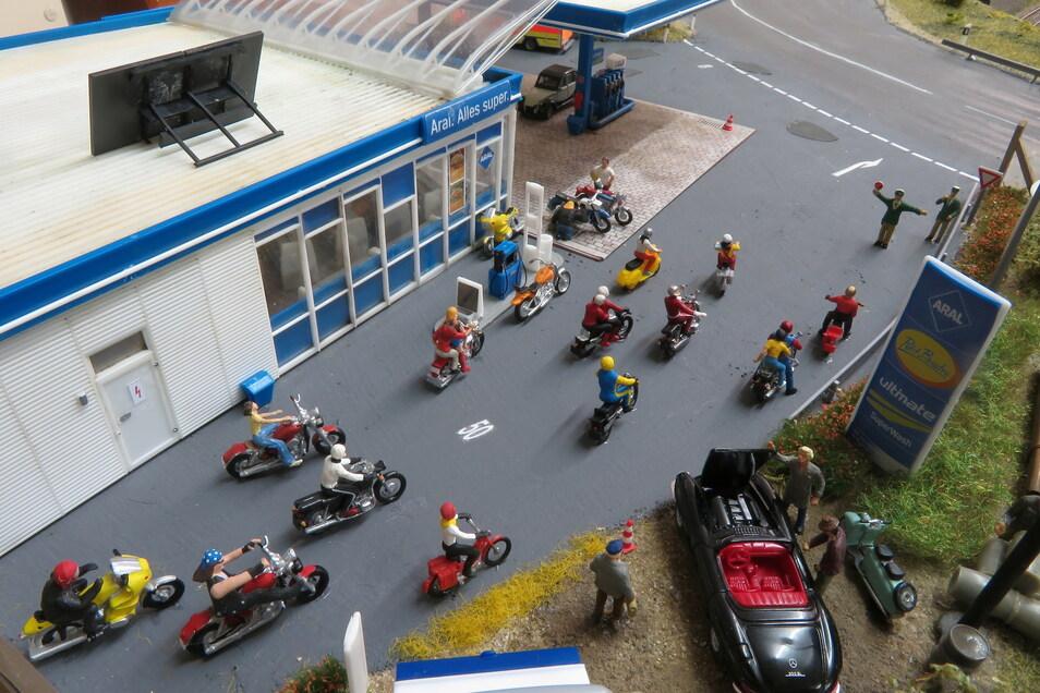 Motorradfahrer rollen an der 2021 neu aufgebauten Tankstelle vorbei.
