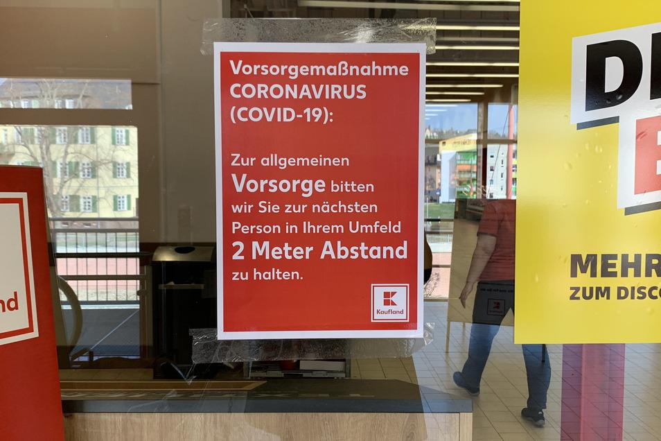Kaufland weist seine Kunden auf die Vorsorgemaßnahmen hin: 2 Meter Abstand