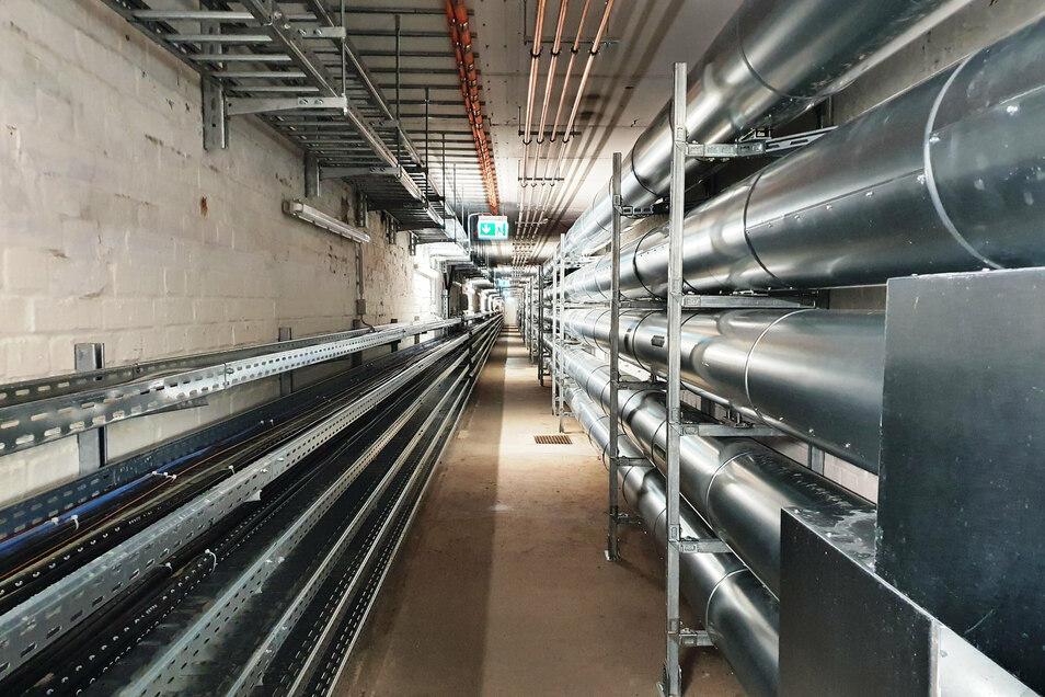 Eine Vielzahl von Leitungen verläuft durch die gut gesicherten Gänge.