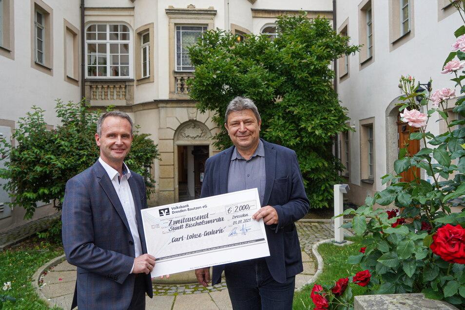 Hagen Ebert (l.) von der Volksbank Dresden-Bautzen übergab dem Bischofswerdaer Oberbürgermeister Holm Große jetzt einen Scheck in Höhe von 2.000 Euro für die Carl-Lohse-Galerie.